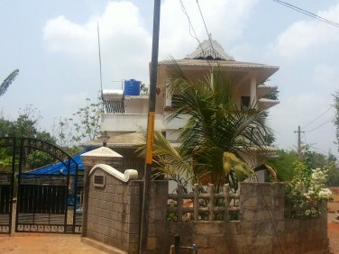 2200 sqft house and 10 cent sail in shoranur