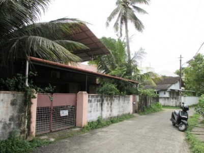 7.5 cent prime land with 800 Sq.ft Old House for Sale at Vyttila Junction, Ernakulam